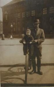 CharlesKürsteinJensen og sønnen Bent, Rådhuspladsen KBH ca 1939