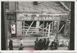 """Stjerne Radio i Istedgade blev bombesprængt i rædselsnatten den 28. oktober 1944, hvor fire mænd blev myrdet under en razzia efter""""asociale elementer"""". Ved bombesprængningen blev facaden flået af og afslørede den tidligere butiksfacade. Foto fra Frihedsmuseets Arkiv"""