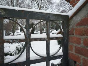 Hillerød Kirkegård tager sig smukt ud i sne - men forhåbentlig skinner majsolen, når jeg holder rundvisning her og på Nyhuse Kirkegård.