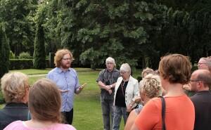 Jeg holder både foredrag og rundvisninger - billedet stammer fra sidstnævnte på Hillerød Kirkegård. Foto: Maya Schuster